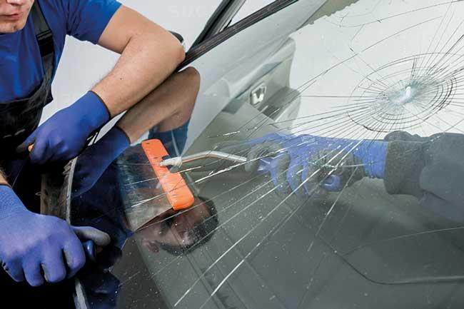 Hos Forus Parkering kan du få sjekk, reparasjon eller skifte av bilruten mens du er på jobb